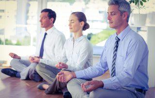 mit Kollegen durch Office Yoga zu mehr Entspannung